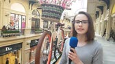 muhabir : APR 15, 2018 MOSCOW, RUSSIA: Woman Journalist And Tv Presenter Speaks Into A Microphone in Moscow State Universal shop.