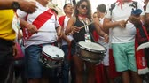 mexicano : JUN 16, 2018, MOSCOW, RUSSIA: Peruvian Beat the drum on the street. People in national soccer team wear posing and dancing for photographer in Moscow Vídeos