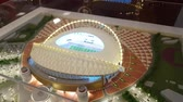 modellen : JUL 10, 2018 MOSCOW, RUSLAND: Model van het Khalifa International-stadion in de showroom van Qatar. Qatar is het land van Wereldkampioenschap voetbal 2022. Stockvideo