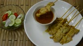 syrop : pork satay dipping peanut sauce and pickled vegetable cup Wideo