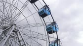 céu azul : Ferris wheel booths rotate close-up.
