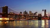nova iorque : Manhattan skyline and Brooklyn bridge at night.  Vídeos