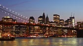 nova iorque : Beautiful view of Manhattan skyline and Brooklyn bridge at sunset, time lapse