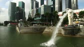 набережная : Singapore cityscape and lion fountain at daytime Стоковые видеозаписи