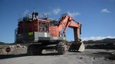 слои : Men load a 190 ton digger onto a transporter at Stockton coal mine in New Zealand
