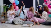 yatak kıyafeti : The bridesmaids sitting in a circle bumping glasses with champagne wishes and say happy for the impending marriage. Congratulations on the happy event. Womens pre-wedding party. Laughter and joy. Bridesmaid Stok Video