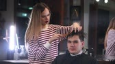 tonificado : Client visiting hairstylist in barber shop Stock Footage