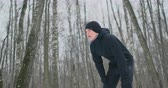 voorwaarden : A young man on a morning jog in the winter forest was tired and stopped to catch his breath. He recovered his strength and overcame fatigue and continued to run. Perseverance and overcoming weakness. Push forward
