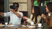 collega : Group of young entrepreneurs in a meeting with VR headset Stockvideo