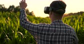 hidratáció : Smart farming with IoT, futuristic agriculture concept : Farmer wears VR or AR glasses while monitoring rainfall, temeprature, humidity, soil pH with immersive experience on digital holographic screen
