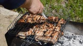 бифштекс : The knife pierces grilled appetizing pieces of meat on the grill. The hand with the knife check the readiness of meat on the grill. tasty meat cooking on grill  mangal. Стоковые видеозаписи