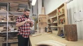 melhoria : man carpenter in a shirt with a beard uses tools in the workshop Stock Footage