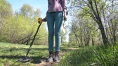 датчик : girl treasure hunter with metal detector and shovel looking for treasure Стоковые видеозаписи