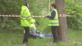 detetive : green uniformed police officers behind a tape, murder in the Park Stock Footage