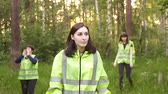 rozvod : volunteers in green vests go through the woods, the search for the missing person