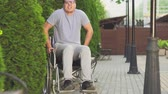 melhorar : young man in a wheelchair trying to get up Vídeos
