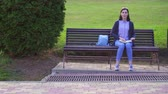 гандикап : Girl with visual impairment in the Park reads a book with Braille with her fingers