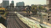Канада : Toronto, Canada - Oct 20, 2017: Time lapse of green double decker trains passing by in the city of Toronto. Province of Ontario, Canada