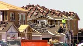 рамка : Mesa, Arizona, USA - April 20, 2015: Workers building new homes on the construction  job site. Taken April 20, 2015