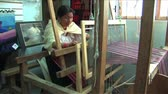 finomság : Ecuadorian Woman weaving wool rug on a loom Stock mozgókép