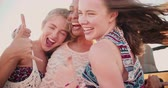 uvolněný : Happy mixed racial group of girl friends on a summer road trip to the beach in Slow Motion Dostupné videozáznamy