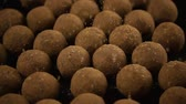 trufas : Slow mo. Round chocolate sweets, truffle, sprinkle with cocoa powder, candy lie on the table Vídeos