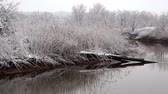 špatný : Heavy snow on the river. Winter weather