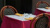 banquete : Several clients sit in restaurant, focus on glass with napkin and chopsticks at table