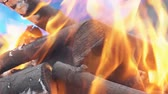 уголь : Fire burning in slow motion with wood falling