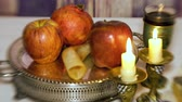 İbranice : Rosh hashanah jewish holiday concept: honey, apple and pomegranate, with space for text Shofar and tallit Selective soft focus Stok Video