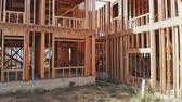 madeira compensada : Residential Framed Home. view the beams of the new residential home framing wood walls