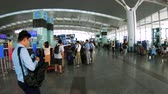 wachtrij : Hanoi, Vietnam - 23rd October 2019: Tourists in the departure lounge at Noi Bai Internation Airport, Hanoi, Vietnam