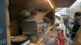 wachtrij : Sheffield, UK - 30th November 2019: Jamaican jerk chicken being cooked and served to customers at Sheffield City Christmas Market