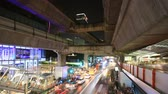 şehir merkezinde : Bangkok downtown busy traffic, people walking to subway and driving on street, time lapse zoom in
