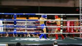 rozhodčí : BANGKOK, THAILAND - 15 MAR : Unidentified kick boxing fighter fighting at boxing ring on 15 March 2019 in Bangkok, Thailand Dostupné videozáznamy