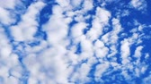 オゾン : Time lapse of moving  scattered clouds in summer blue sky with bright light 動画素材