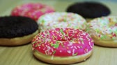 buzlu yüz : Donuts in the glaze lie on the table. Rotate the video. HD