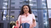 farra : A young girl in a pink dress after shopping opens shopping bags. slow motion. HD Vídeos