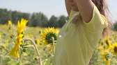 cabelos cacheados : Beautiful young girl dancing standing in a field with sunflowers. slow motion Vídeos