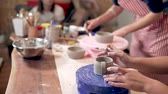 beeldhouwen : Creative class with beginner potters.
