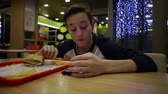 hranolky : Teenager Eating French Fries and Using Smartphone Dostupné videozáznamy