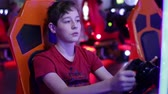 chapéus : Teenager sits and spins the wheel on the slot machine simulator races