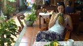 nealkoholické : Woman drinking pineapple juice freshly squeezed