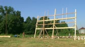 stolarz : Time lapse of carpenters working together to build and raise a barn. Wideo