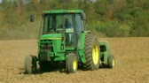 semear : Farmer sowing wheat crop in late summer using a tractor and seeder. Stock Footage