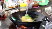 лапши : Chef cooking Fried noodle Yellow Market in Thailand