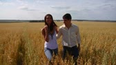 семя : Smiling couple in field Стоковые видеозаписи