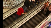 escada rolante : The above-view of people approaching the next floor by escalator Stock Footage