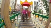 jardim de infância : Little twins walking on child's bridge Stock Footage
