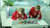 irmã : Two twin girls drawing at home with colorful felt-tip pens Stock Footage